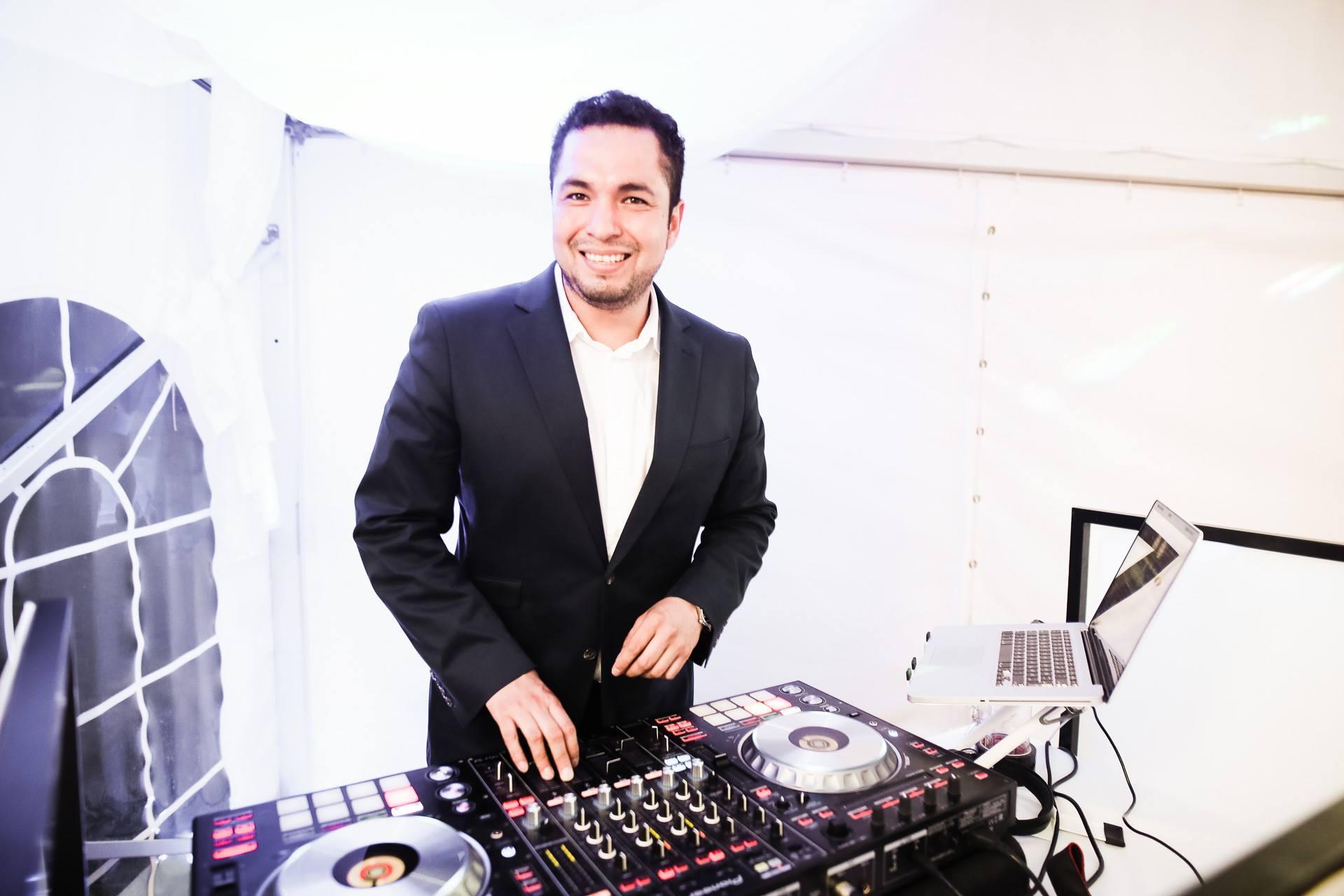 Hochzeits-DJ Freddy Arévalo / DJ-Empfehlung / Hochzeit auf dem Landgut Walkemühle / Photo by Dennis Jagusiak