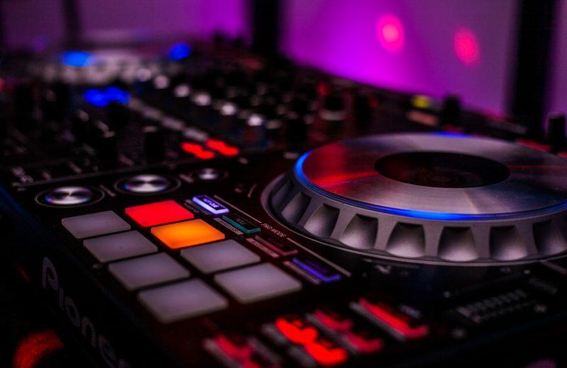 Wann sollte man den DJ für die Hochzeit buchen?