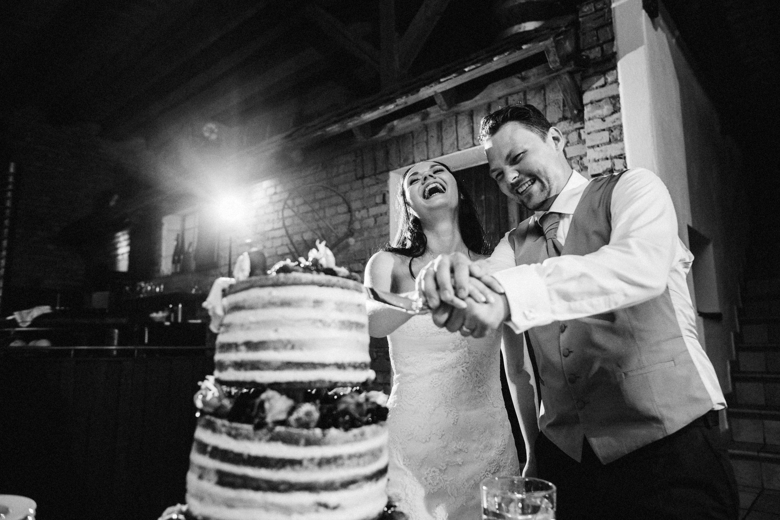 Sabrina und Lukas feiern ihre eigene perfekte Hochzeit - Photo by Franziska Hain Photographie